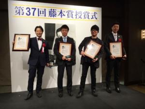 藤本賞授賞式にて左から石山P、近藤P、青山先生、米倉P