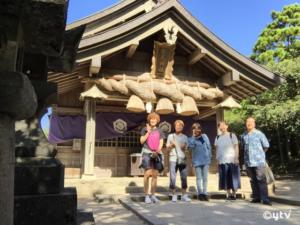 「白兎神社」で参拝した左から五十川マネージャー・古谷さん・高山さん・鈴木マネージャー・ボク。