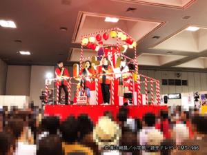 やぐらでのトークショーの様子、やぐら上、左から米倉P・かっぺ~さん・ボク・YTV諸國アナウンサー