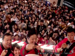 やぐらてっぺんから、駆けつけてくれたファンまで撮影した様子。手前左から、ボク・諸國アナ・かっぺ~さん、米倉P