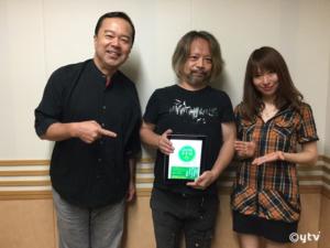 「スワラジ」収録スタジオにて、左からボク・キハさん・夏怜さん。キハさん持ってるのはキハさんの新刊「ふたりのトトロ」です