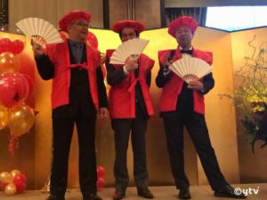 明1神会館ホールで、左から4月14日同日に還暦を迎えたKADOKAWA渡辺隆史さんと音響監督なかのとおるさん、そしてボク。赤いのはワインだけでいい!ってがんばって拒んでいたけど、結局赤いちゃんちゃんこを着せさられて赤帽かぶってしまいました。