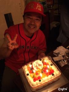 2回目の還暦お祝いケーキに赤いシャツにキャップなボク。