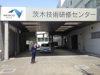 ネクスコ西日本 入り口前.jpg